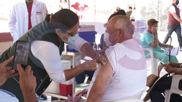 Víctor Castro recibiendo vacuna contra el coronavirus