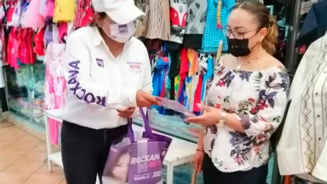 Dialoga Rocxana Reyes con locatarios del mercado Madero