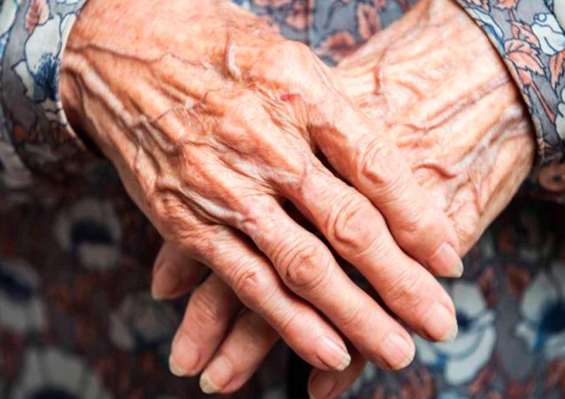 Adulto mayor denuncia desinformación sobre vacunas
