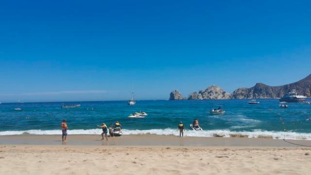 Denuncian playa emblemática invadida por motos acuáticas