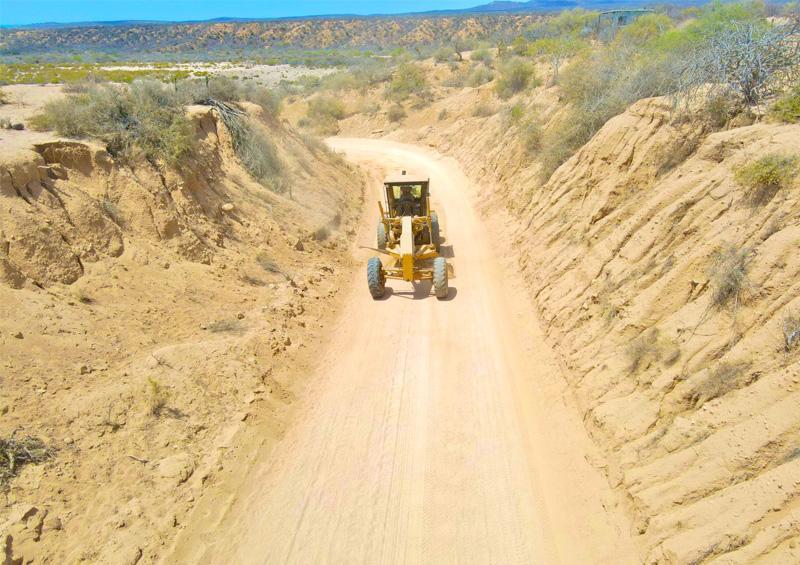 Dan mantenimiento  al camino de la costa
