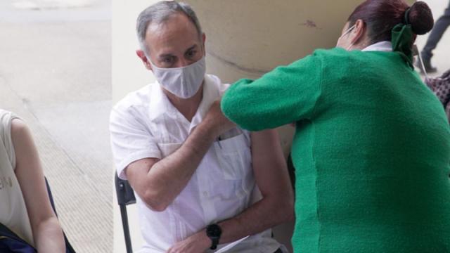 Hugo López-Gatell recibiendo la primer dosis de la vacuna contra el Covid-19