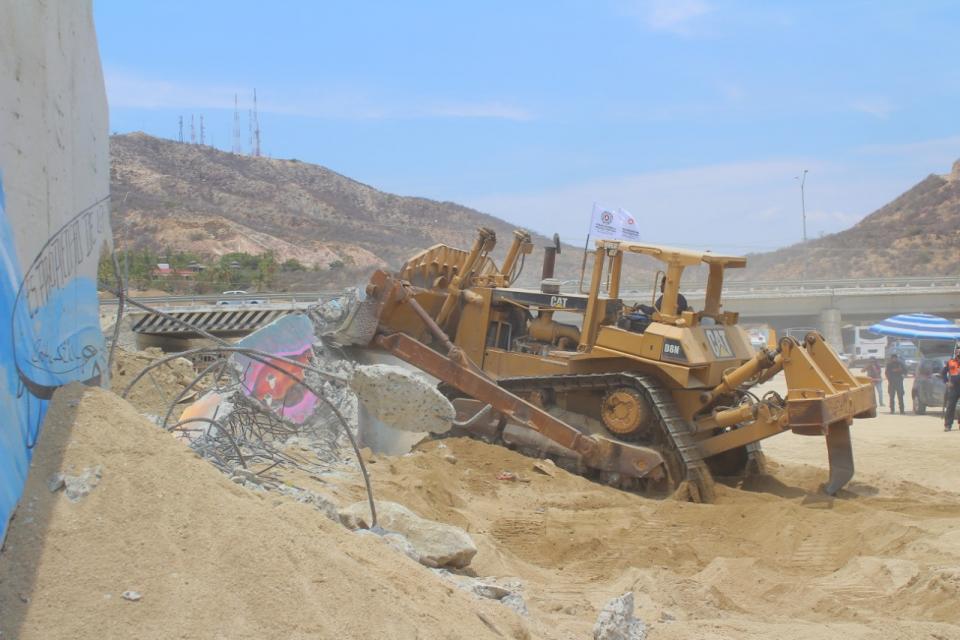 Derrumban muro de Costa Azul
