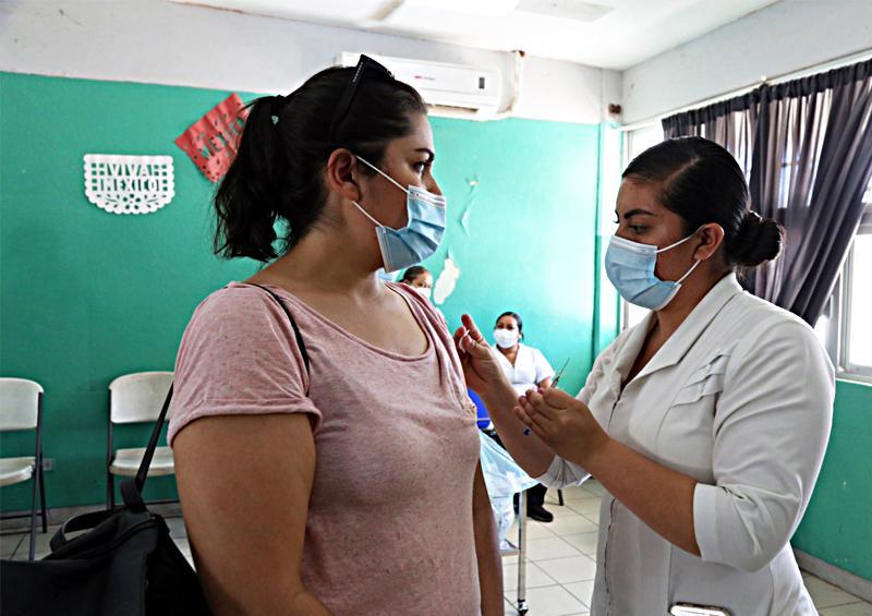 Reciben docentes de Los Cabos vacuna contra Covid-19
