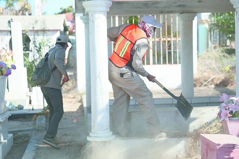 Personal del Ayuntamiento trabaja en limpieza de panteones