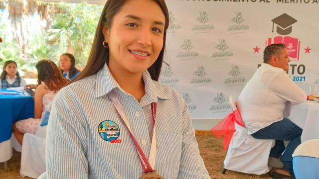 Alumna de la UABCS recibe medalla al Mérito Académico