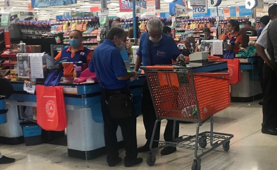 Adultos mayores vuelven al trabajo en supermercados