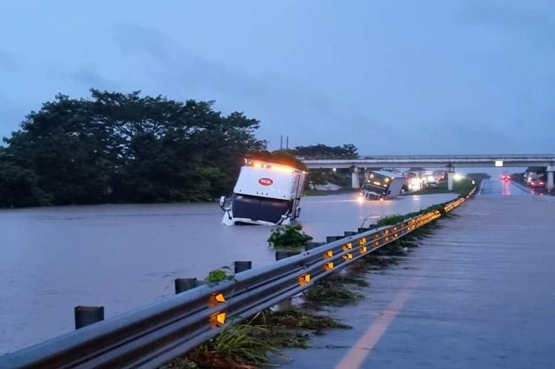 Se desborda río en Veracruz