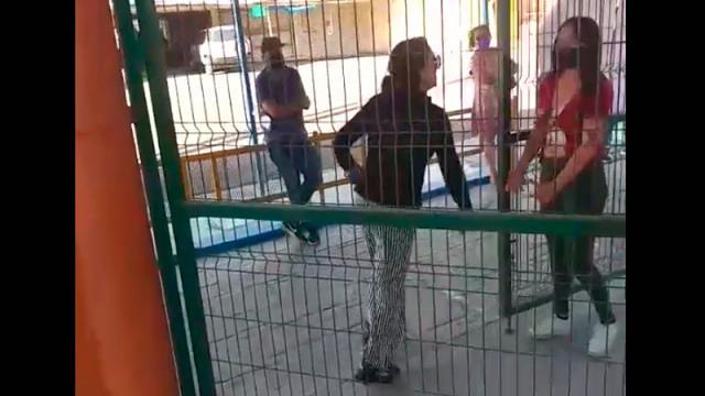 Mujer golpea a funcionaria del INE