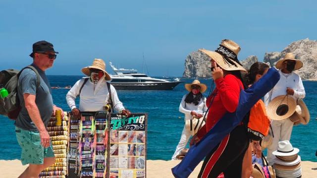 Playa El Médano vive descontrol total de vendedores ambulantes