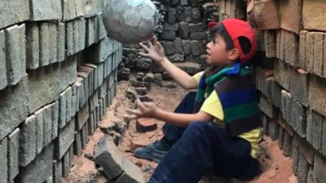 Héctor Bonilla le da vida a un balón viejo
