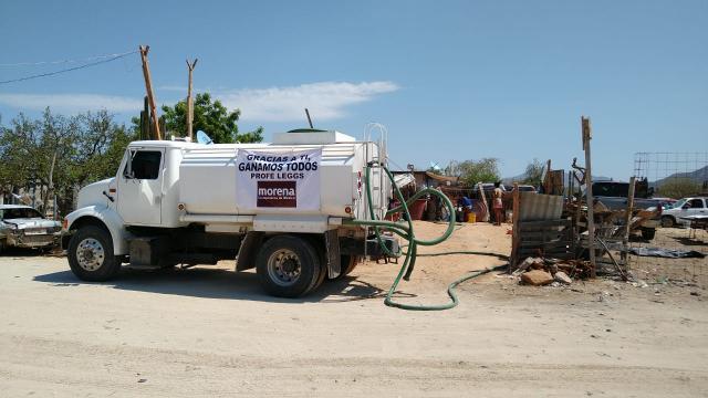 Oscar Leggs brinda apoco con pipas de agua a colonias de Los Cabos